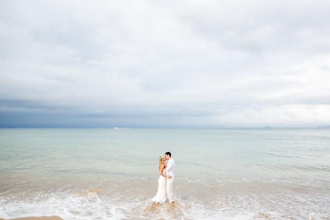Ein Hochzeitspaar im Meer