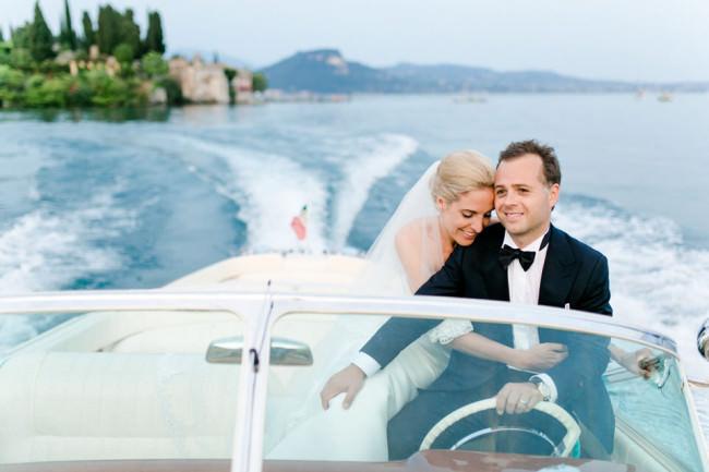 © Ein Brautpaar in einem Boot