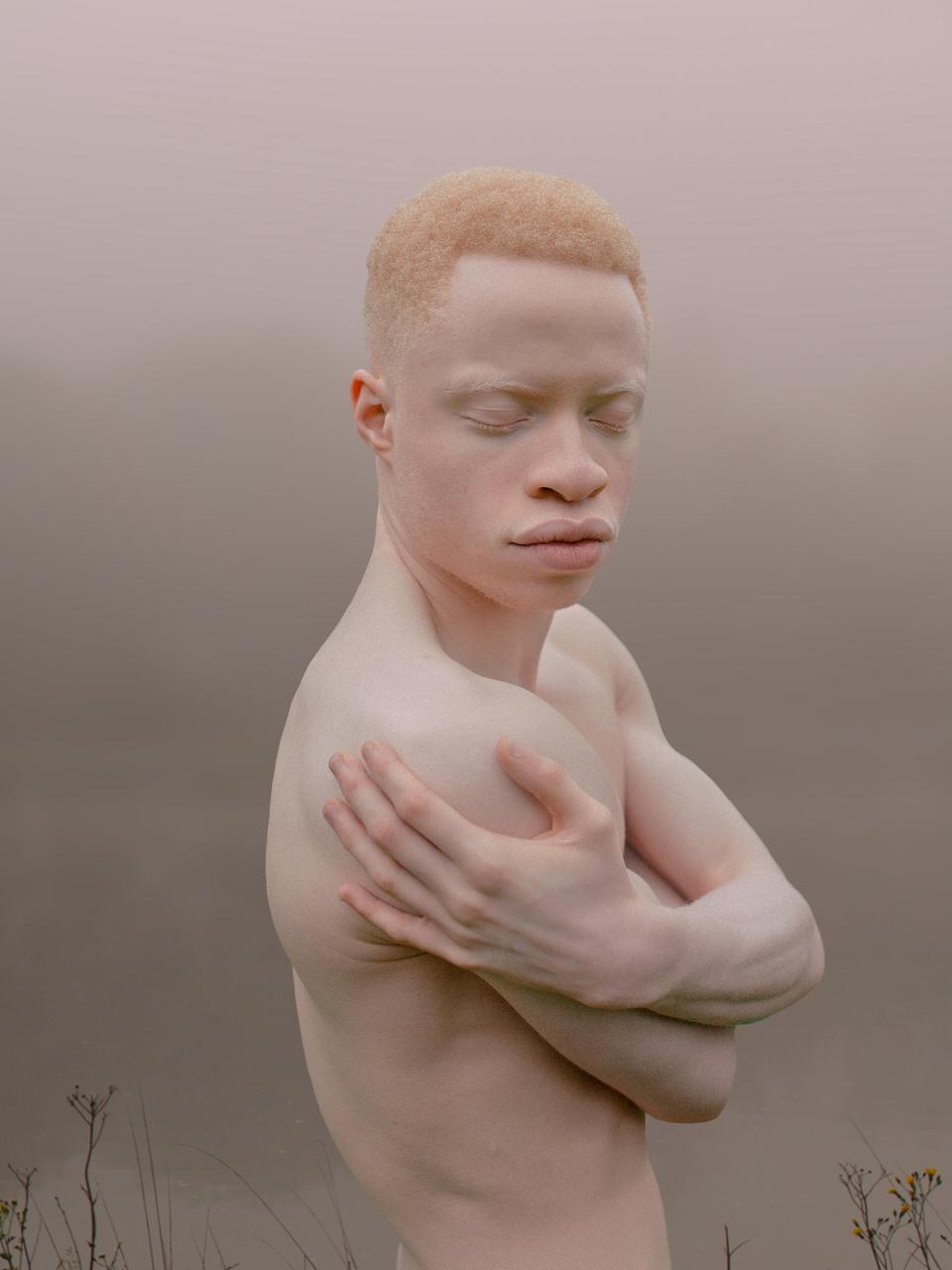 Portrait eines nackten Menschen in der Natur.