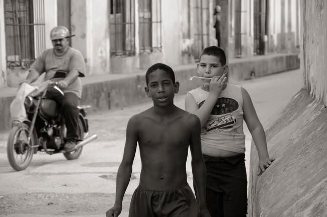Zwei Jungen und ein Motorradfahrer.