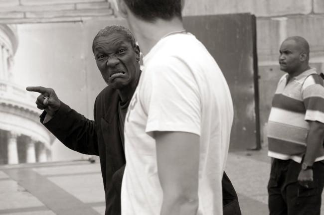 Ein Mann zeigt wütend in eine andere Richtung.
