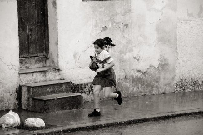 Ein Mädchen rennt am Fotografen vorbei.