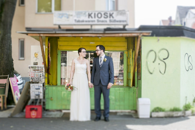 Ein Hochzeitsportrait vor einem Kiosk