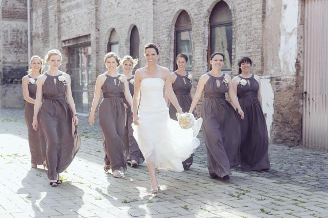 Eine Braut mit Brautjungfern