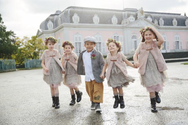 Fünf Kinder in schicker Kleidung
