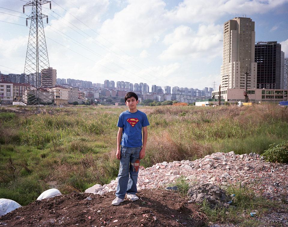 Portrait eines Jungen im Superman-T-Shirt.