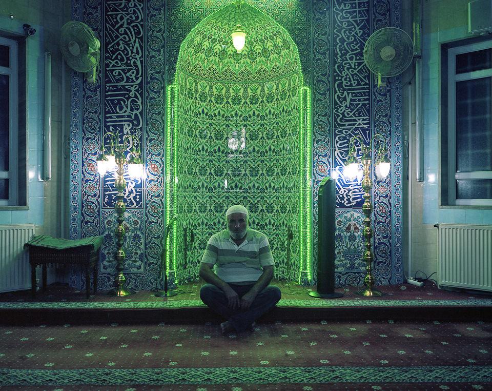 Portrait eines Imams in seiner Moschee.