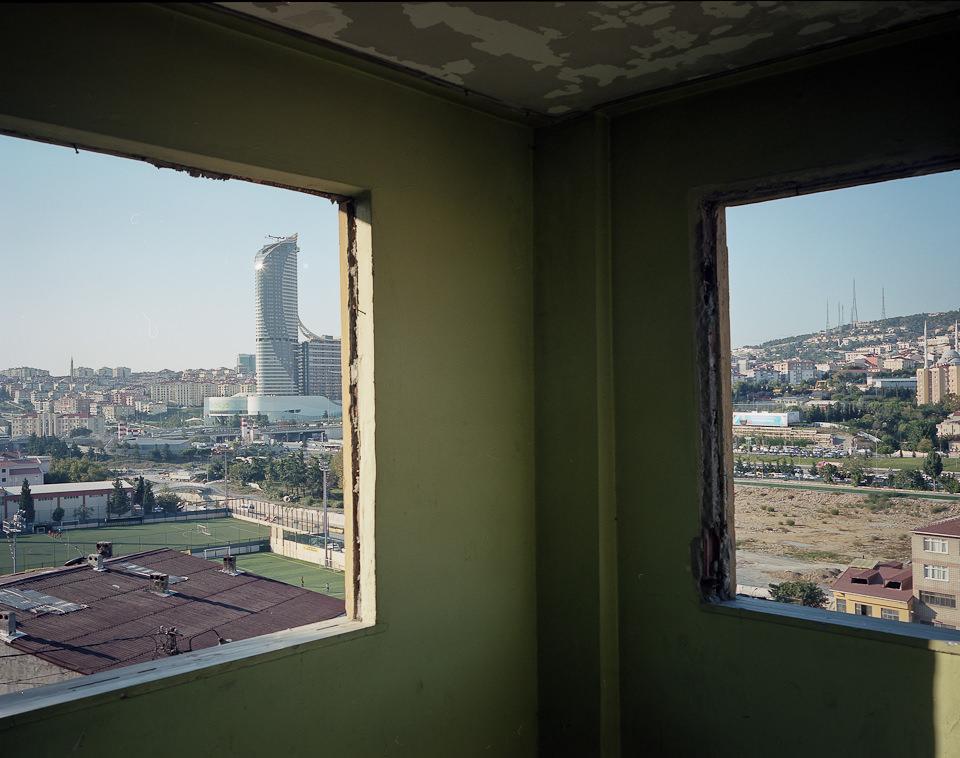 Blick durch die Fenster eines Abbruchhauses.