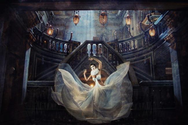 Eine Frau mit weißem Kleid in einer surrealen Umgebung