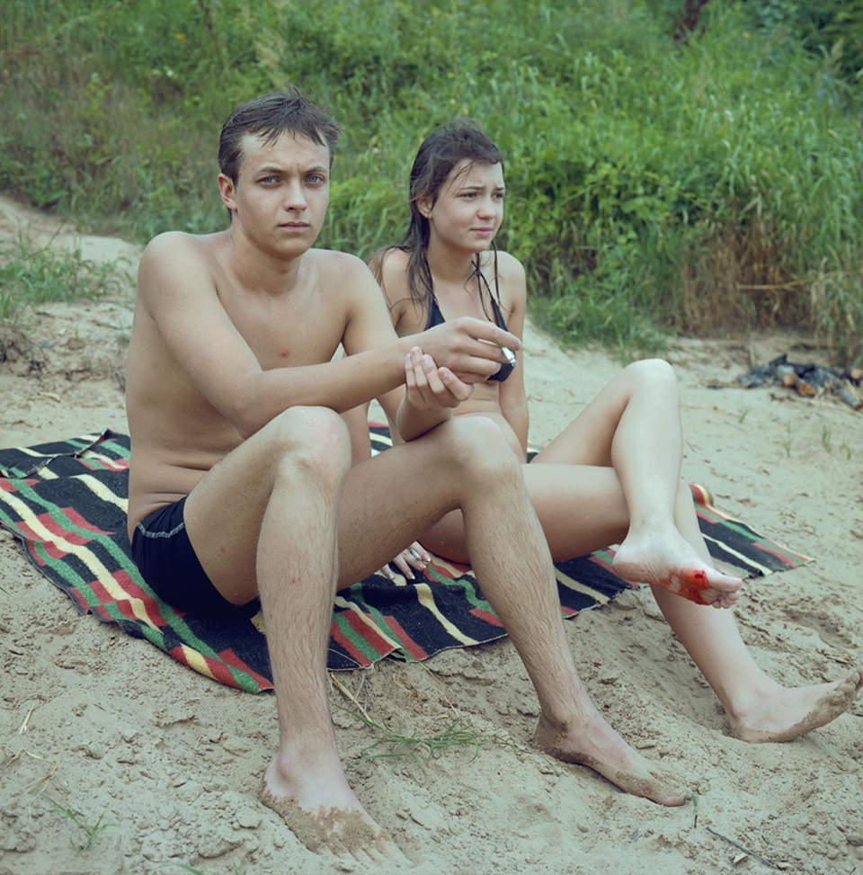 Zwei Teenager auf einer Decke am Strand