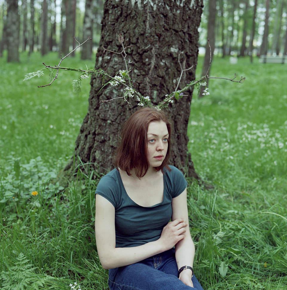 Eine Frau an einen Baum gelehnt