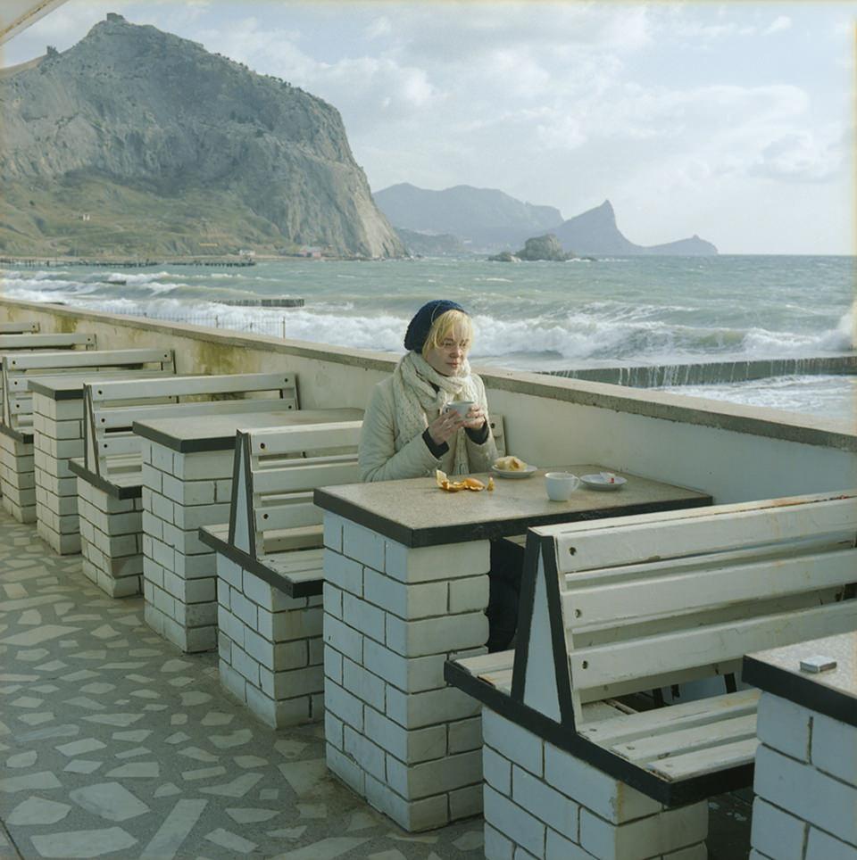 Eine Frau am Hafen auf einer Bank