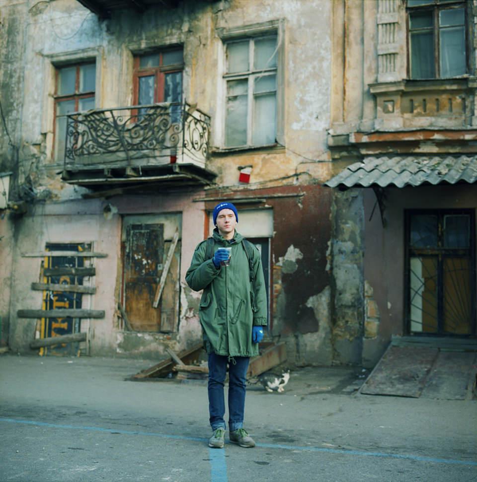 Ein Mann steht auf der Straße vor einem Haus