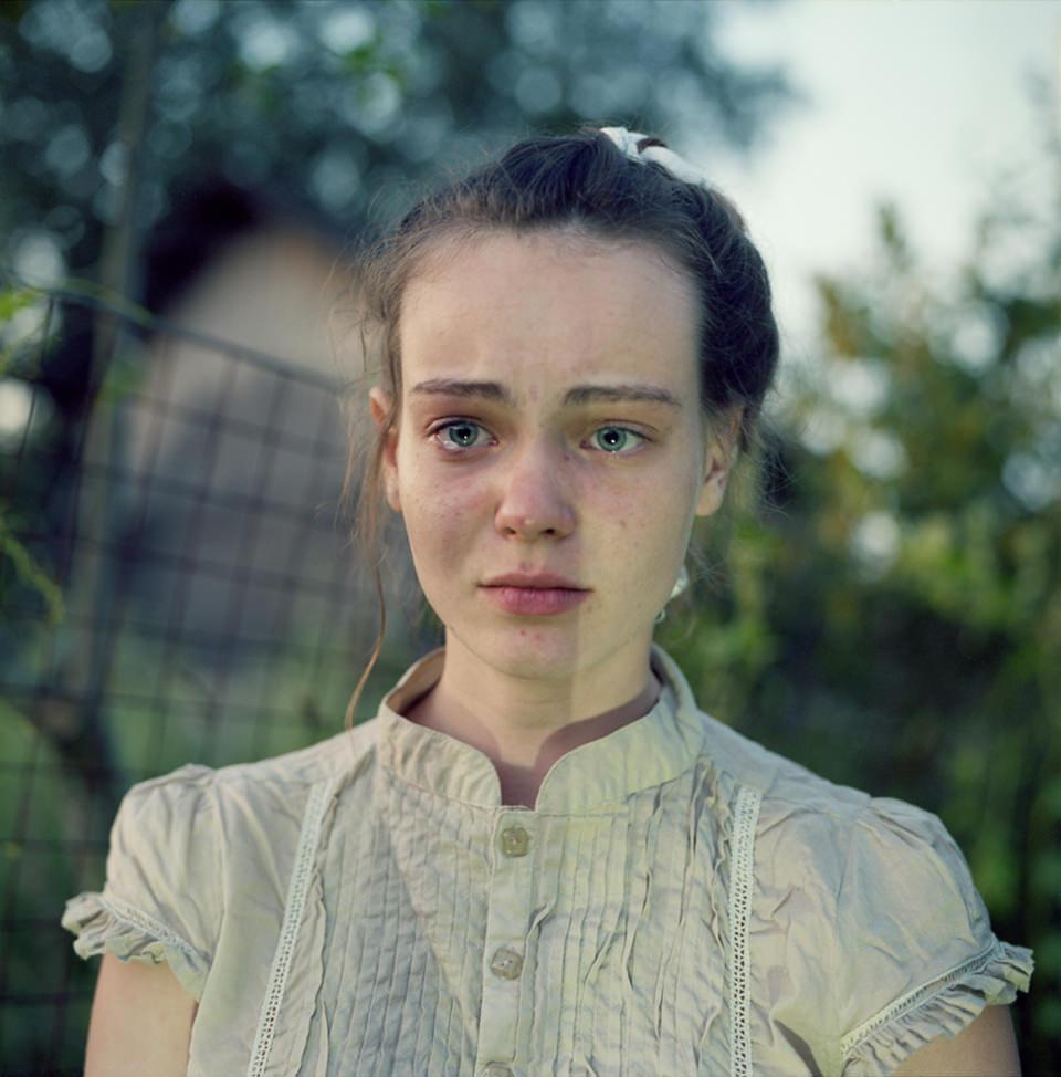 Ein Mädchen mit Tränen in den Augen