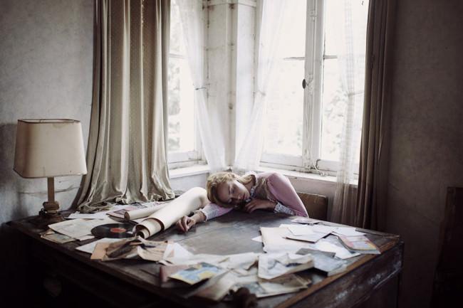 Eine Frau liegt auf einem Schreibtisch gebeugt