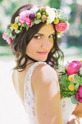 Eine Braut mit Blumen im Haar