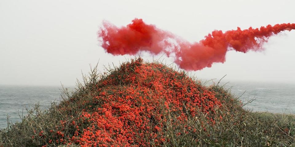 Roter Rauch über einem Hügel.