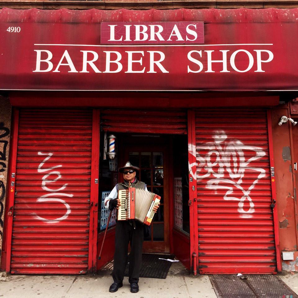 Mann vor Friseurladen