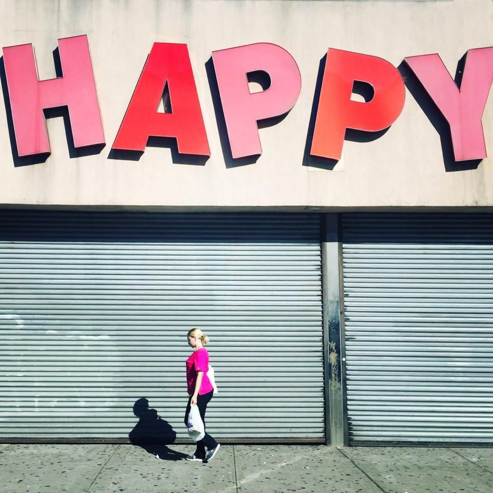 Mensch vor geschlossenem Laden
