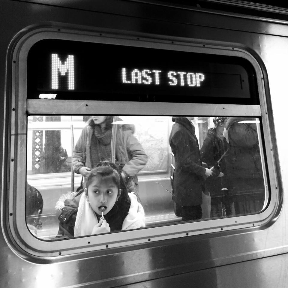 Kind am U-Bahn-Fenster
