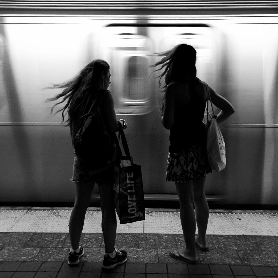 2 Frauen mit wehenden Haaren