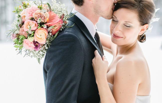 Ein Hochzeitspaar mit Brautkranz