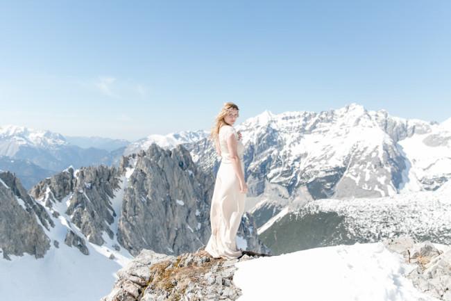 Eine Braut im Schnee auf einem Berg