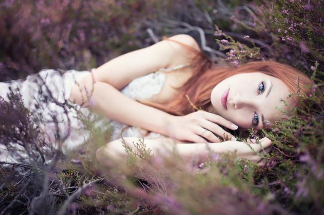 Eine Frau liegt in einem Gebüsch