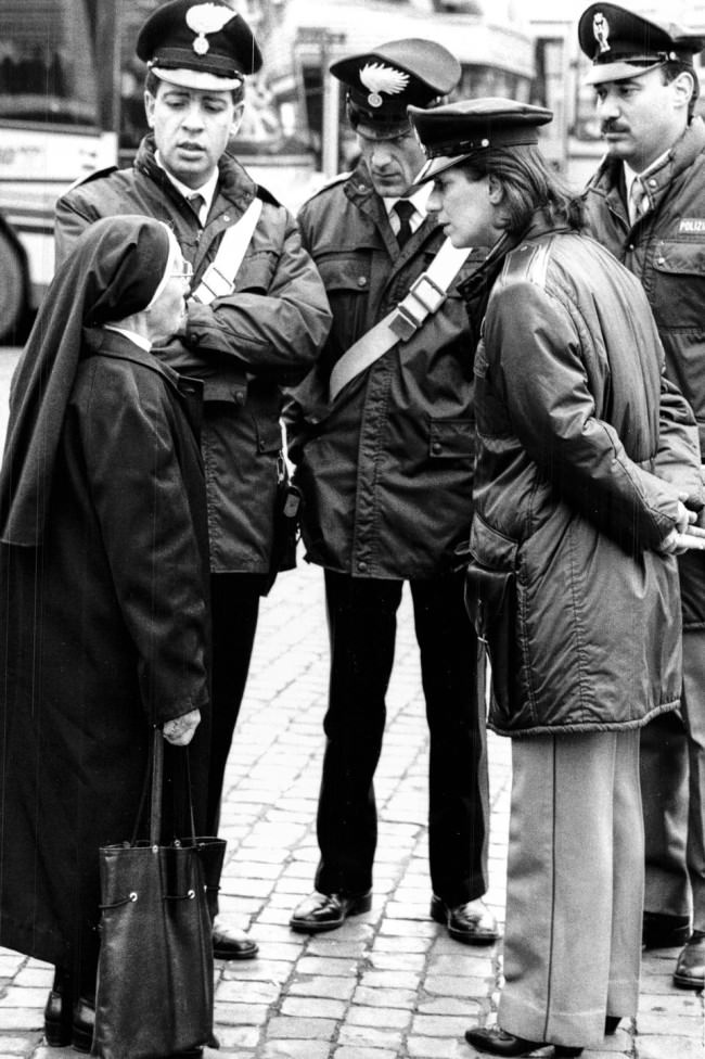 Eine Nonnen im Gespräch mit Polizisten