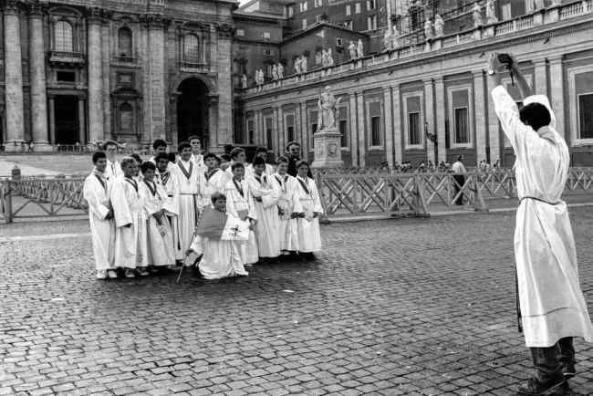 Ein Priester, der Nonnen fotografiert