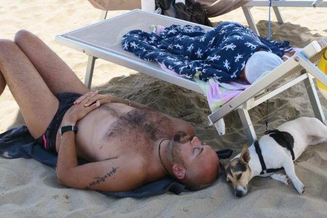 Im Schlaf vereint, ein Mann, ein Kind, ein Hund