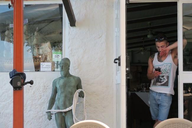 Ein junger Mann und eine Statue in ähnlicher Pose