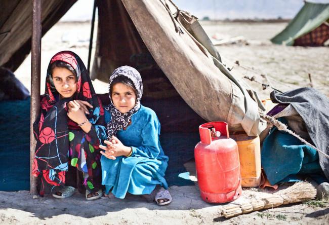 Zwei Kinder vor einem Zelt.