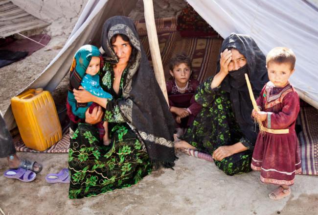 Eine Familie vor einem Zelt.