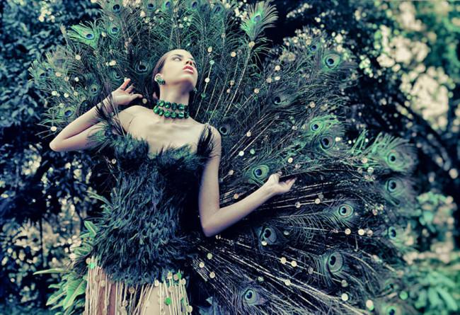 Ein Frau mit einem Kleid aus Pfauenfedern