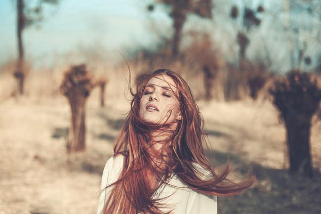 Eine Frau mit wehendem Haar