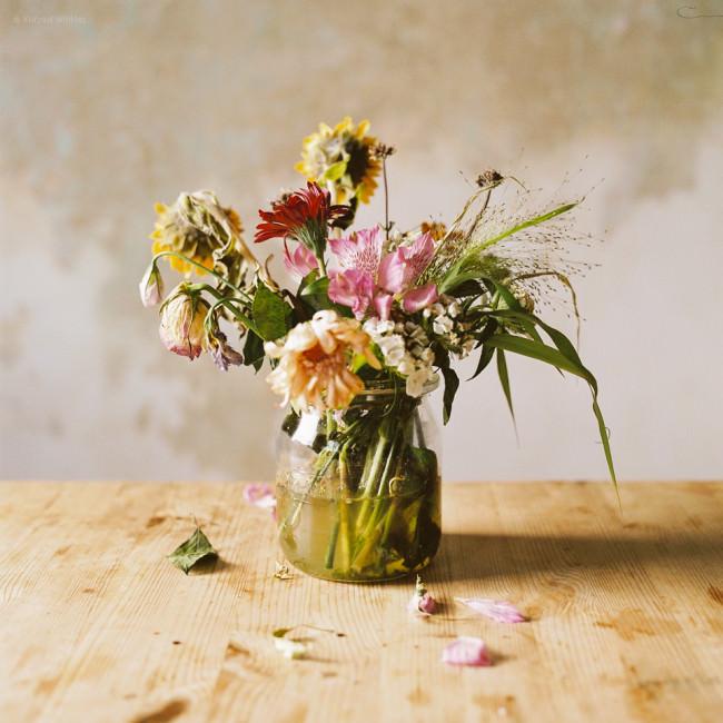 Ein verwelkter Blumenstrauß.