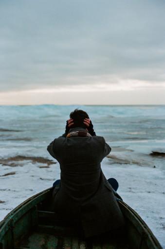 Eine Person steht vor dem russischen Eismeer