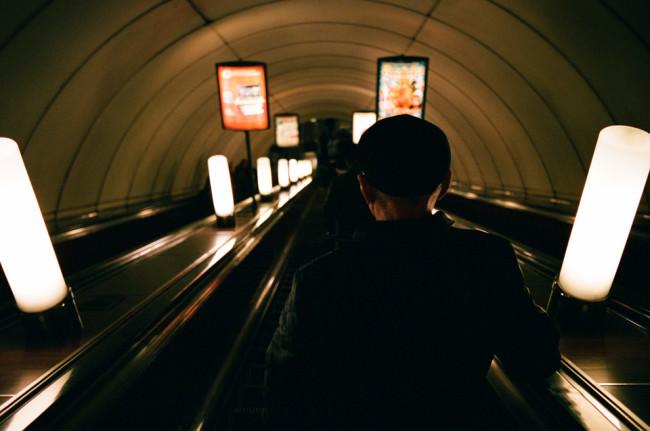 Eine Person fährt eine Rolltreppe herunter