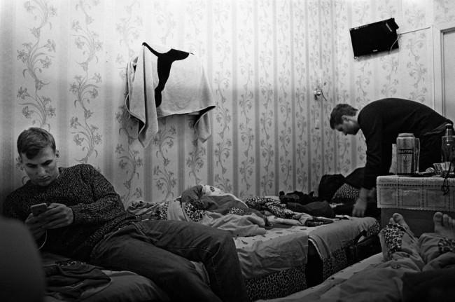 Zwei junge Männer in einem kleinen Schlafzimmer