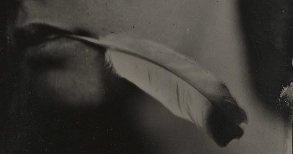 Nassplatten Bild von einer Person mit einer Feder im Mund