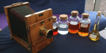 Eine alte Kamera und diverse Chemikalien