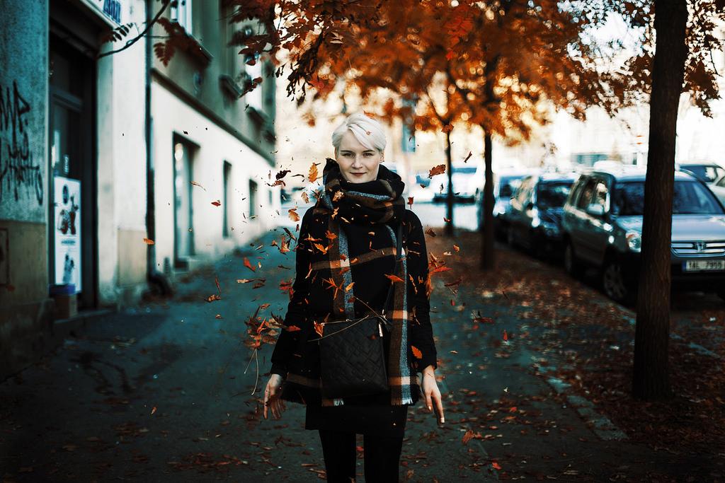 Eine Frau im Blätterwirbel