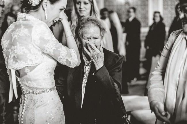 Eine Braut und eine ältere Frau weinen.