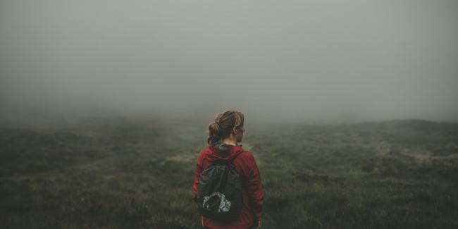 Eine Wanderin im Nebel