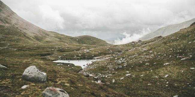 Ein kleiner Teich in den Bergen