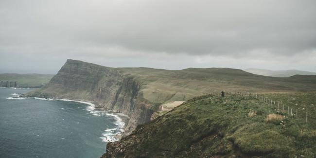 Eine Steilklippe an der Küste
