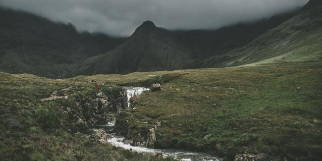 Dunkle Berge vor grünem Gras