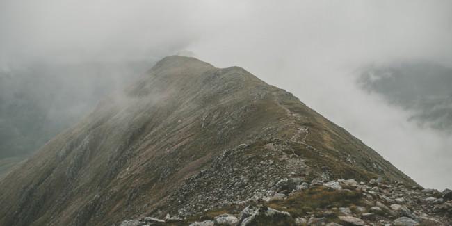 Ein schmaler Pfad einen Berg entlang