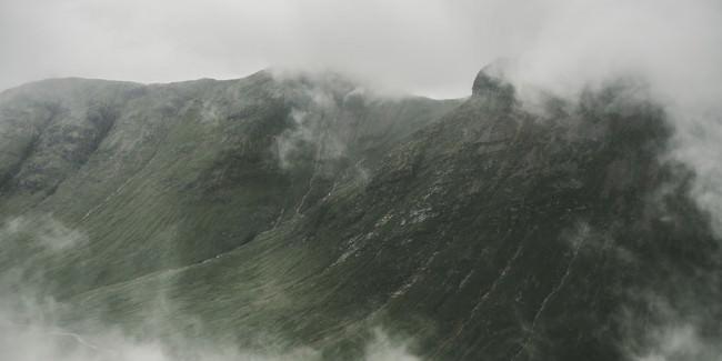 Ein Berg im Nebel